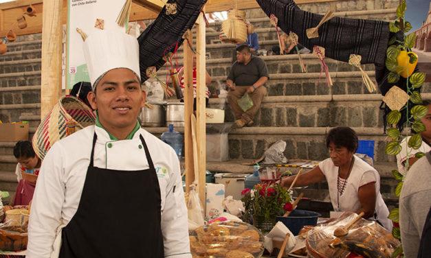 Universitarios con las cocineras tradicionales