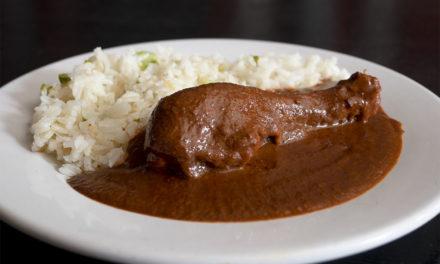 Mole rojo, la receta familiar en Las Rosas Restaurante